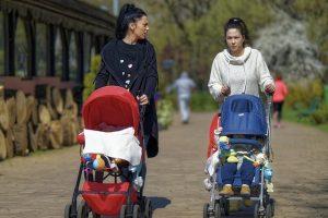 Frauen mit Kinderwagen im Vogelsberg